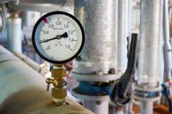 在热水管道的测压器在锅炉室 免版税库存照片
