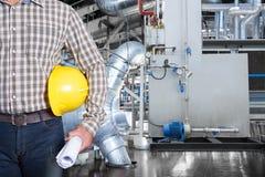 在热电厂工厂里面的维护技术员 库存图片