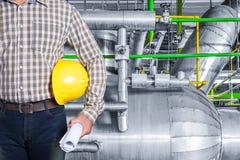 在热电厂工厂里面的维护技术员 免版税库存图片