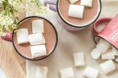 在热的可可粉顶部的蛋白软糖在桃红色杯子 库存图片