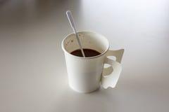 在热的咖啡的接近的焦点在纸杯里面 免版税库存照片