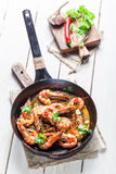 在热的平底锅供食的油煎的国王大虾 免版税库存照片