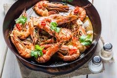 在热的平底锅供食的油煎的大虾 免版税库存图片
