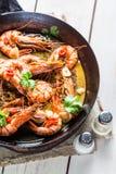 在热的平底锅供食的油煎的虾 免版税库存照片