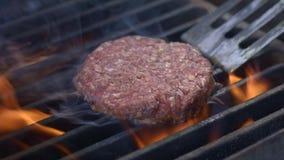 在热的枯萎的格栅平底锅翻转的鲜美可口汉堡小馅饼在头顶上 厨师准备一道汉堡炸肉排 格栅肉 股票录像