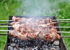 在热的格栅煤炭的烤肉牛肉Kebabs本质上 免版税库存图片