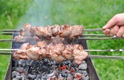 在热的格栅特写镜头的烤肉牛肉Kebabs 库存照片
