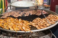 在热的格栅的开胃烤用卤汁泡的鸡或鹌鹑肉 库存照片