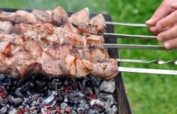 在热的格栅的烤肉牛肉Kebabs本质上 免版税库存图片