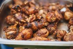 在热的火焰状BBQ格栅油煎的用卤汁泡的鸡腿 免版税图库摄影