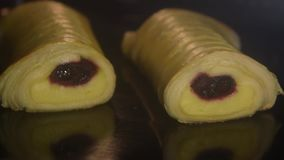 在热的烤箱定期流逝的烘烤面团 影视素材