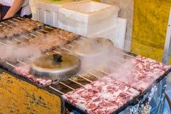 在热的煤炭的烤wagyu牛肉与烟& x28; 日语Food& x29; 库存图片