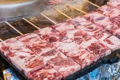 在热的煤炭的烤wagyu牛肉与烟& x28; 日语Food& x29; 库存照片