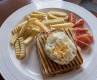在热的白色涂奶油的多士的煎蛋 库存照片