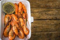 在热的箱子的烤虾 免版税图库摄影