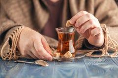 在热的茶的泡的糖 库存图片