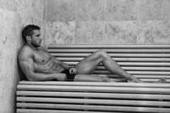 在热的蒸汽浴放松的人休息 库存图片