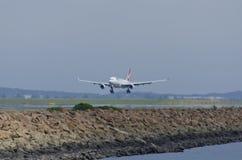 在热的跑道上的澳洲航空 免版税库存照片