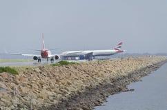 在热的跑道的飞机队列 免版税库存图片