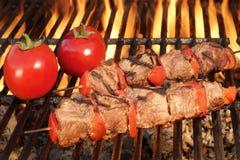 在热的BBQ格栅特写镜头的烤牛肉Kababs 免版税图库摄影