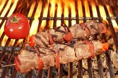 在热的BBQ格栅特写镜头的烤牛肉Kababs 库存照片