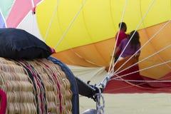 在热空气气球里面的夫妇 免版税库存照片