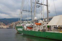 在热那亚口岸停住的绿色和平彩虹勇士号小船,意大利 库存照片
