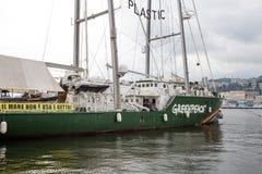 在热那亚口岸停住的绿色和平彩虹勇士号小船,意大利 免版税图库摄影