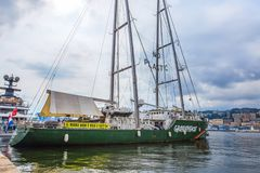 在热那亚口岸停住的绿色和平彩虹勇士号小船,意大利 免版税库存图片