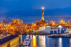 在热那亚在晚上,意大利港的老灯塔  免版税库存图片