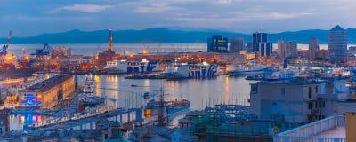 在热那亚在晚上,意大利港的老灯塔  免版税图库摄影