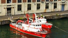 在热那亚港的消火小船  免版税库存图片