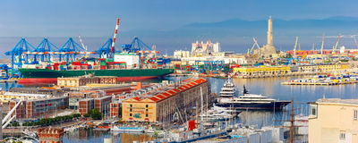 在热那亚,意大利港的老灯塔  免版税库存照片