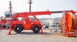 在热那亚,意大利港的越野起重机  免版税库存照片