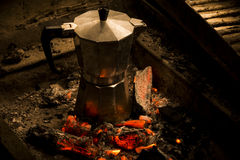 在热采煤的一个moka罐 库存图片