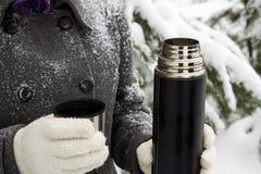 在热水瓶的热的茶室外在冬天 免版税库存照片