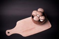 在烹调委员会的蘑菇棕色蘑菇 库存照片