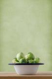 在烹调平底锅的搪瓷的抱子甘蓝 免版税库存图片