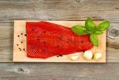 在烹调板条用香料和h的雪松的新鲜的红鲑鱼内圆角 库存照片