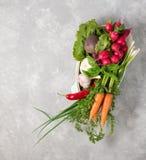 在烹调的平底锅的新鲜蔬菜在灰色背景 概念 免版税库存图片
