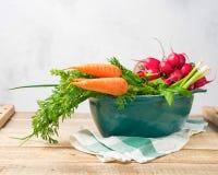 在烹调的平底锅的新鲜蔬菜有在木背景 联系人 免版税库存照片