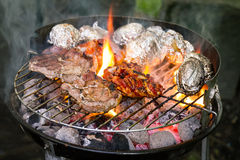 在烹调的格栅的鲜美新鲜的开胃肉牛肉开火o 免版税库存图片