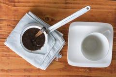 在烹调罐的白色咖啡的平的位置和咖啡上 库存照片