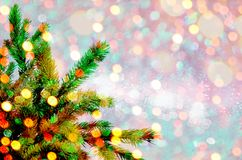 在焕发闪烁背景的圣诞树 与bokeh的典雅的抽象背景 免版税库存图片