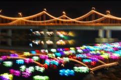 在焦点外面的五颜六色的桥梁光迷离 免版税库存照片