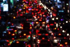 在焦点外面的夜场面从在严重交通堵塞的汽车点燃在工作时间以后在中心商务区 背景迷离弄脏了抓住飞碟跳的行动 免版税图库摄影