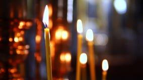 在焦点外面的灼烧的蜡烛在法坛在基督教会里 影视素材