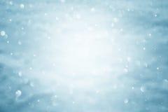 在焦点摘要外面被弄脏的蓝色雪bokeh 免版税库存照片