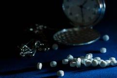 在焦点的白色安眠药 免版税库存图片
