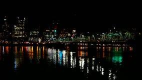 在焦点迷离街市地平线bokeh电影和沿威拉米特河波特兰或1080p的霍桑桥梁外面 影视素材